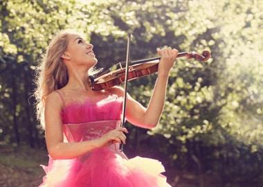 Kvinde spiller violin