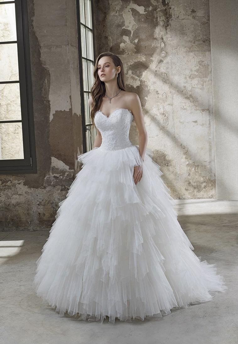 Brudekjole med stort smukt skørt der ligner et vandfald