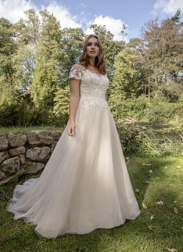 Plus size brudekjole med korte ærmer