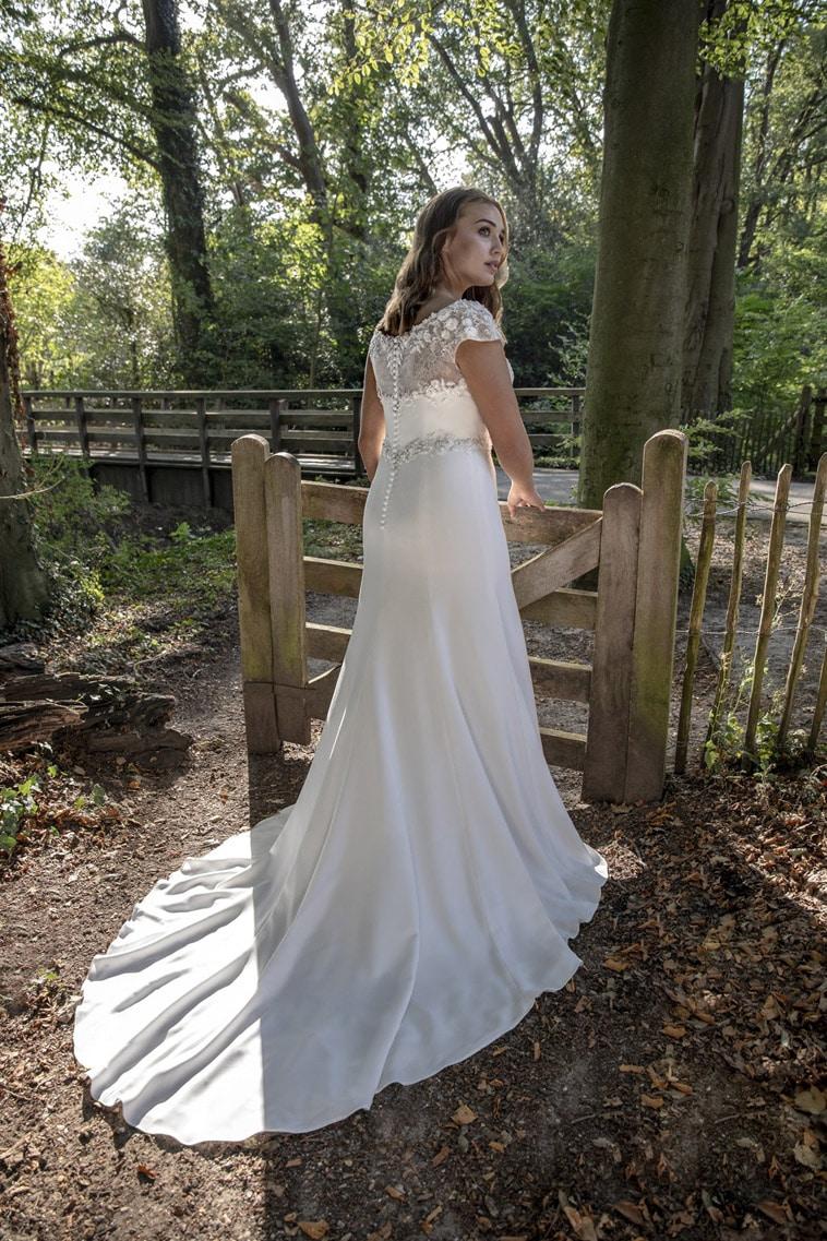 Fit and flare brudekjole med små cap sleeves og perler på overdelen