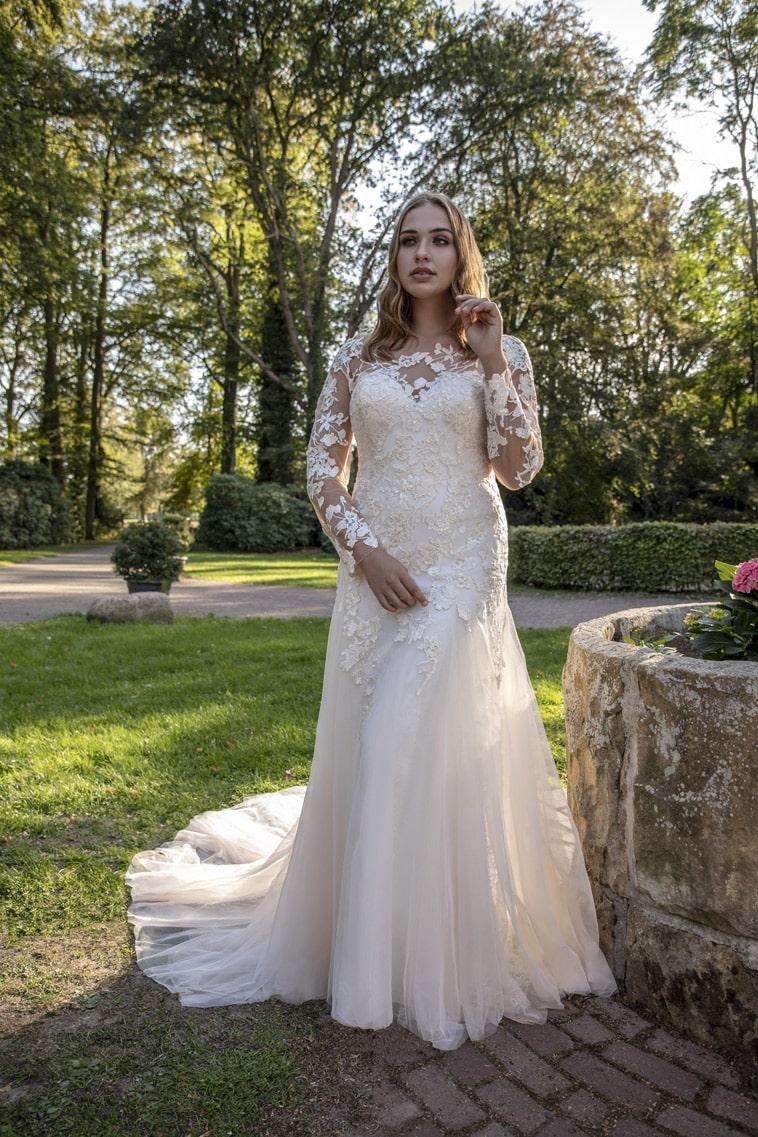 Fit and flare brudekjole med lange ærmer