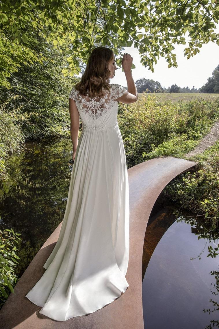 Brudekjole med blødt fald og høj talje samt perler på overdelen