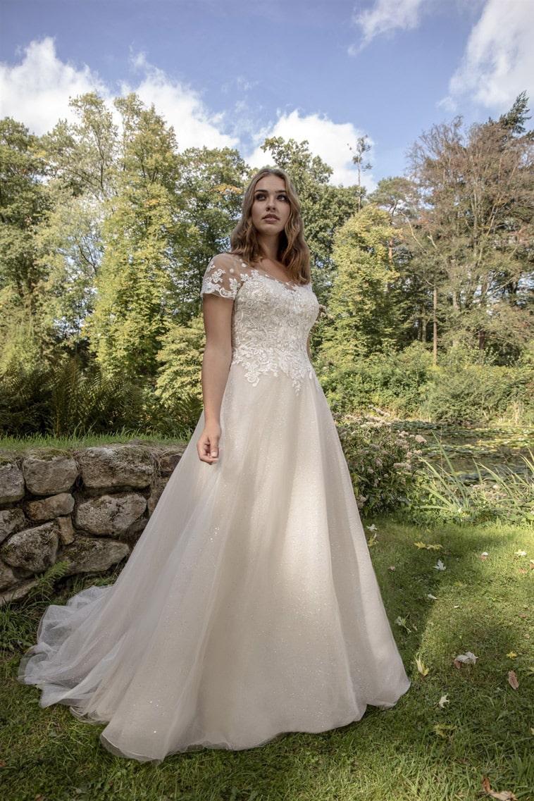 Prinsesse brudekjole med capsleeves og glitrende tylskørt