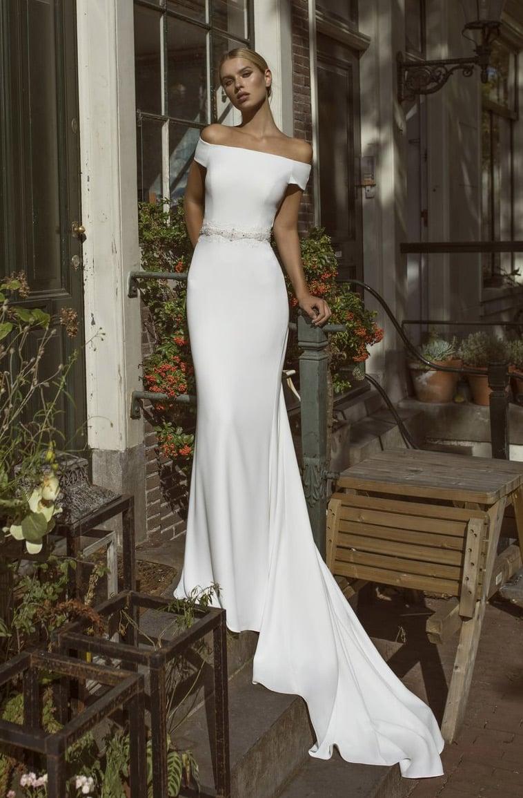 Brudekjole fit and flare i crepe med perlebesat bælte