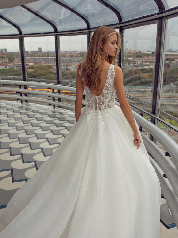 brudekjole med bred V-udskæring i ryggen