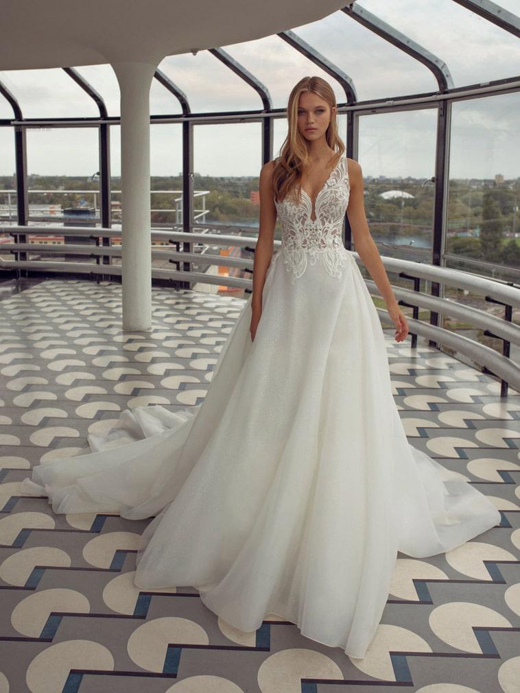 prinsesse brudekjole med dyb udringning