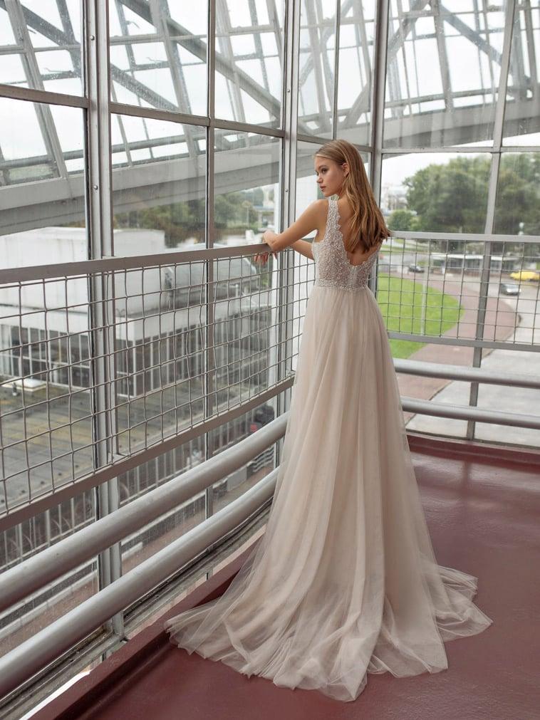 brudekjole med perler og blonder på overdel