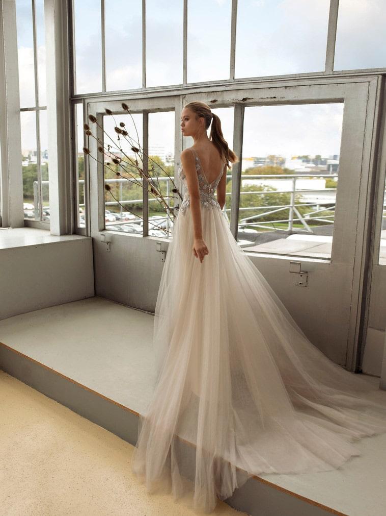 brudekjole med tylskørt og sølvfarvet blonde