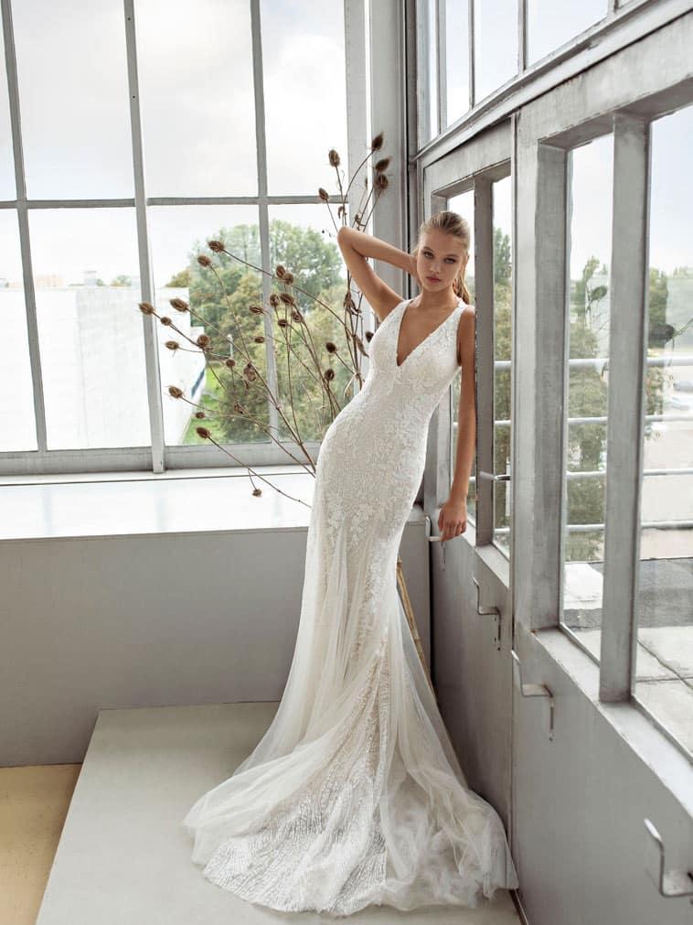 brudekjole med tyl, blonder og pailletter