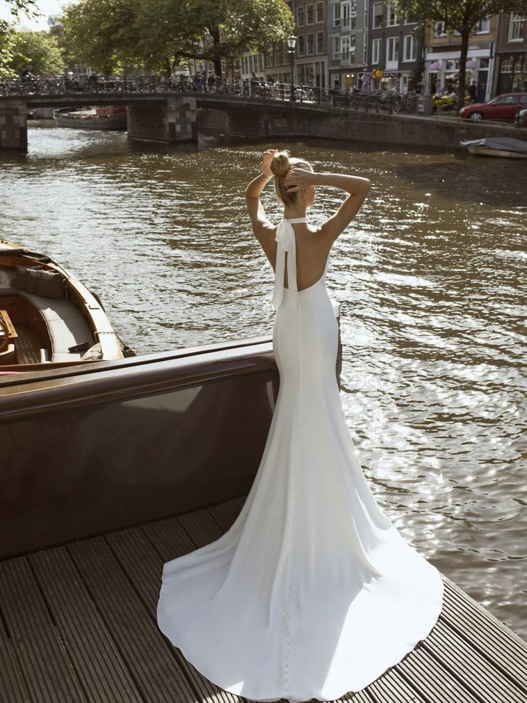 Brudekjole i crepe med sløjfe der bindes i nakken