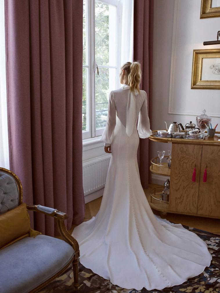Fit and flare brudekjole med høj hals og lange ærmer