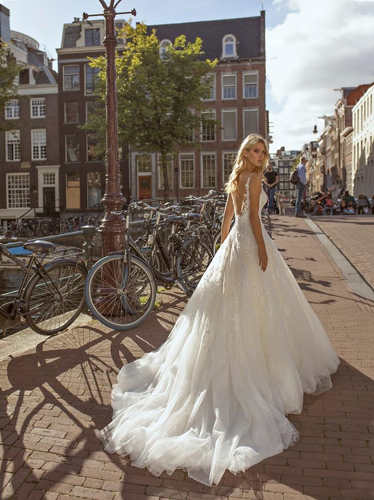 Brudekjole i prinsessefacon med glitter tyl