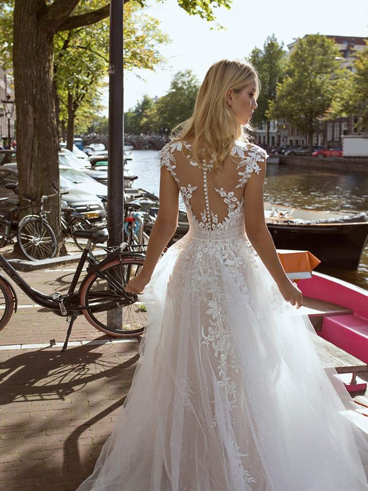 Brudekjole med florale mønstre og skørtet har flere lag tyl og blonder