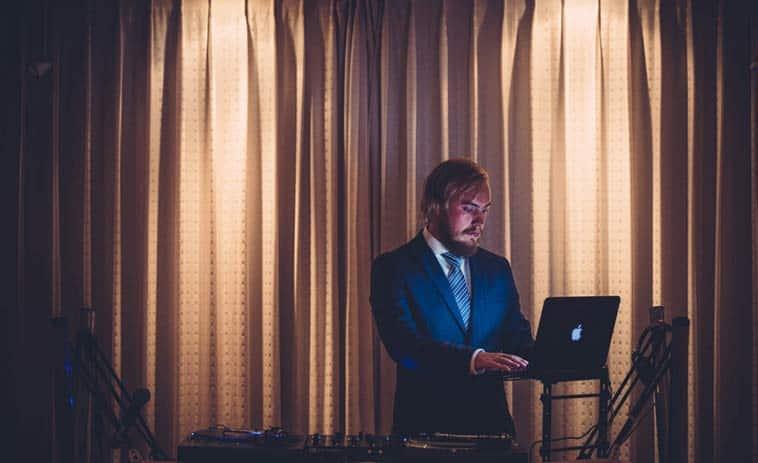 DJ til bryllup spiller musik