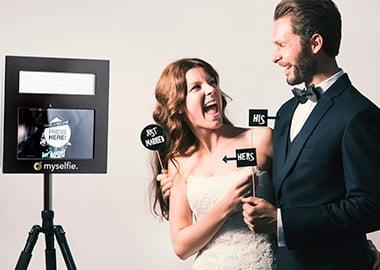 Brudepar foran photobooth