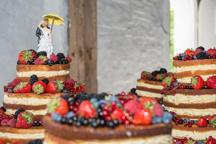 naked cake pyntet med bær