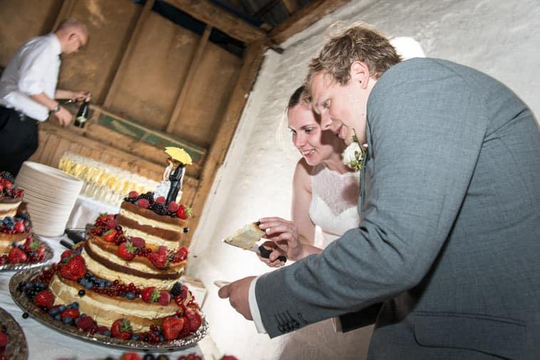 brudepar skærer naked cake