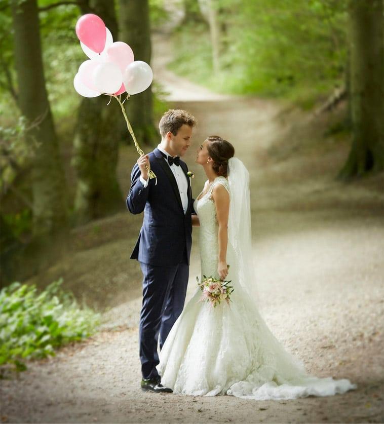 brudepar i skov med balloner