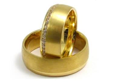 Blanke runde vielsesringe i guld sten i dameringen