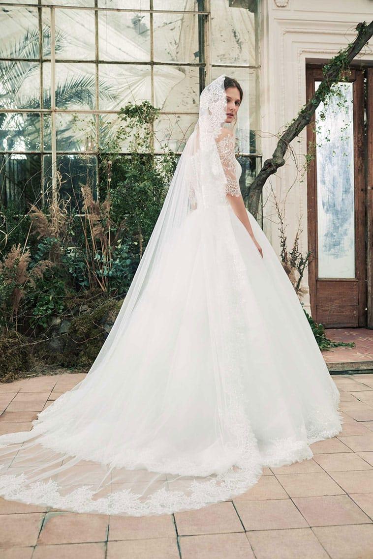 brudekjole med langt blondeslør