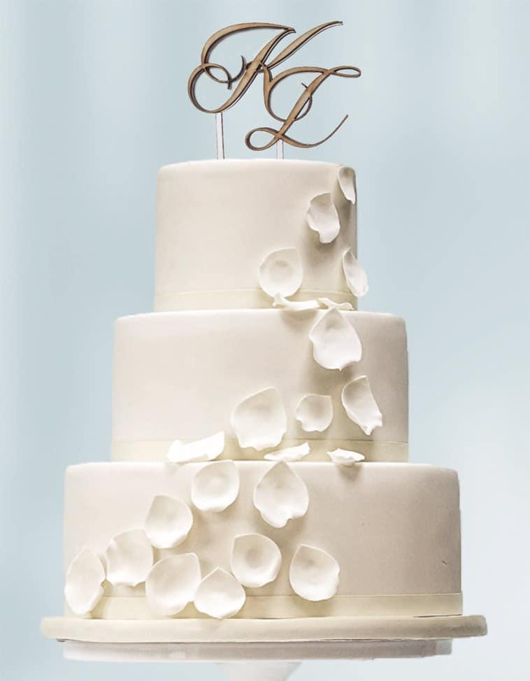 Bryllupskage med personligt monogam på toppen