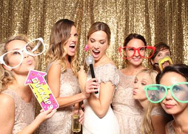 Brud og brudepiger i photobooth