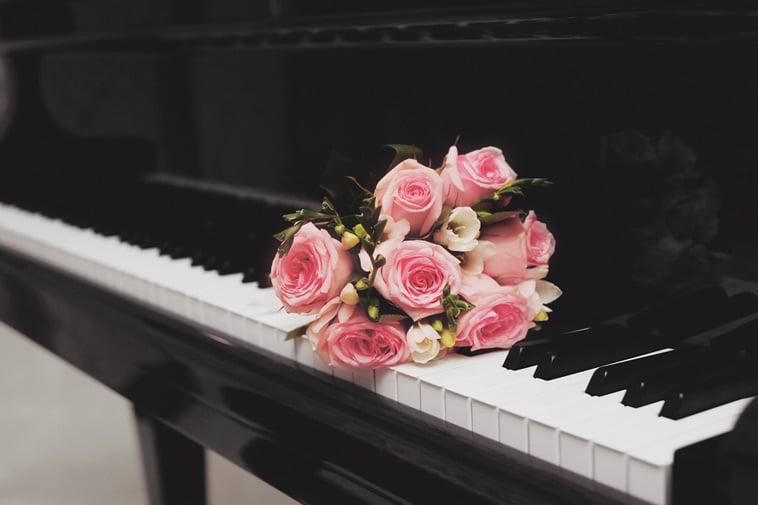Lyserøde roser på et piano