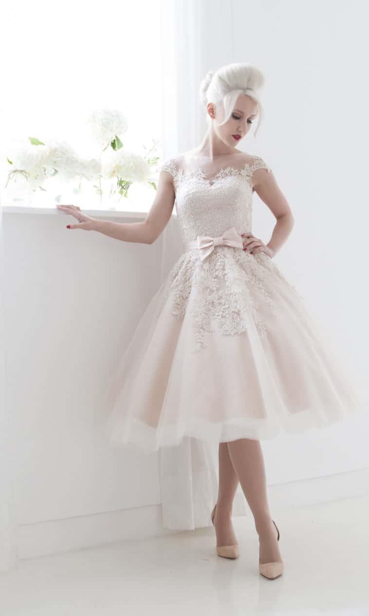 sart rosa kort brudekjole med sløjfe foran
