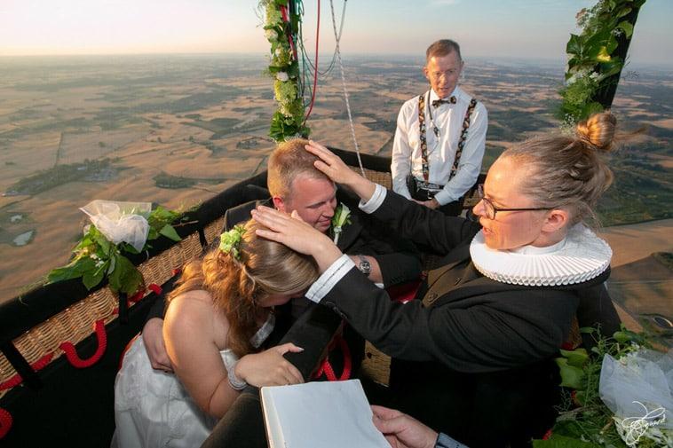 præst-velsigner-brudepar