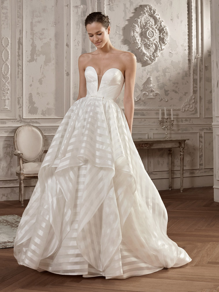 prinsesse-brudekjole-med symmetriske striber og dyb udringning