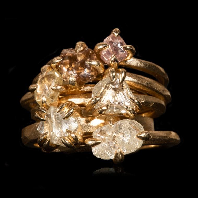 rå-diamanter-i-guld-ringe