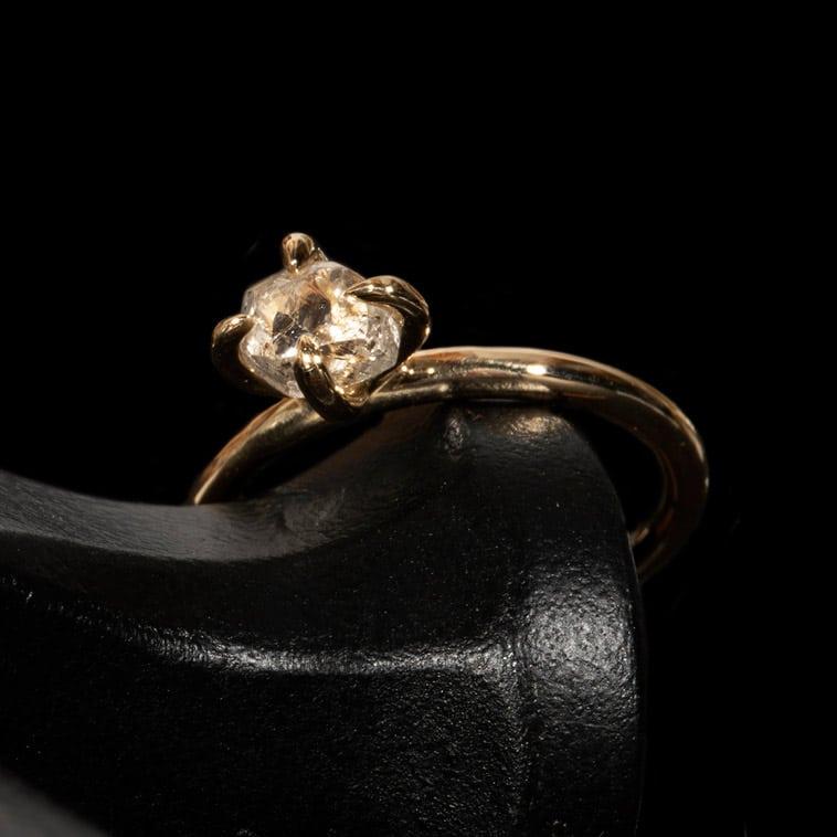 rå-hvidlig-diamant-i-guldring