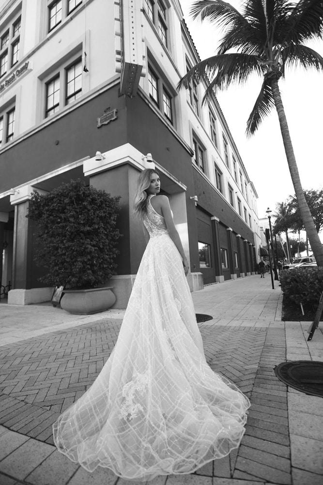 Brudekjole med lange gennemsigtige ærmer