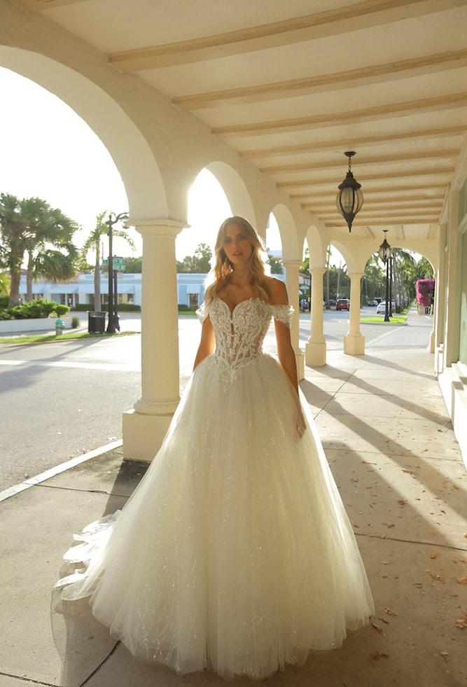 Prinsesse brudekjole med meget dekoreret corsage