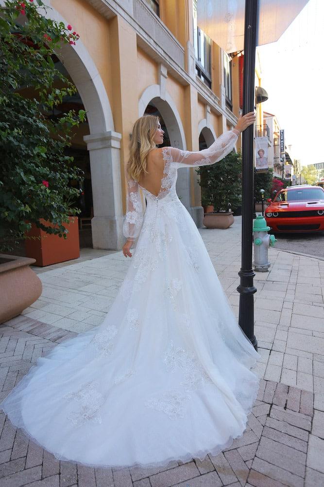 Brudekjole med v rygudskæring og lange gennemsigtige ærmer