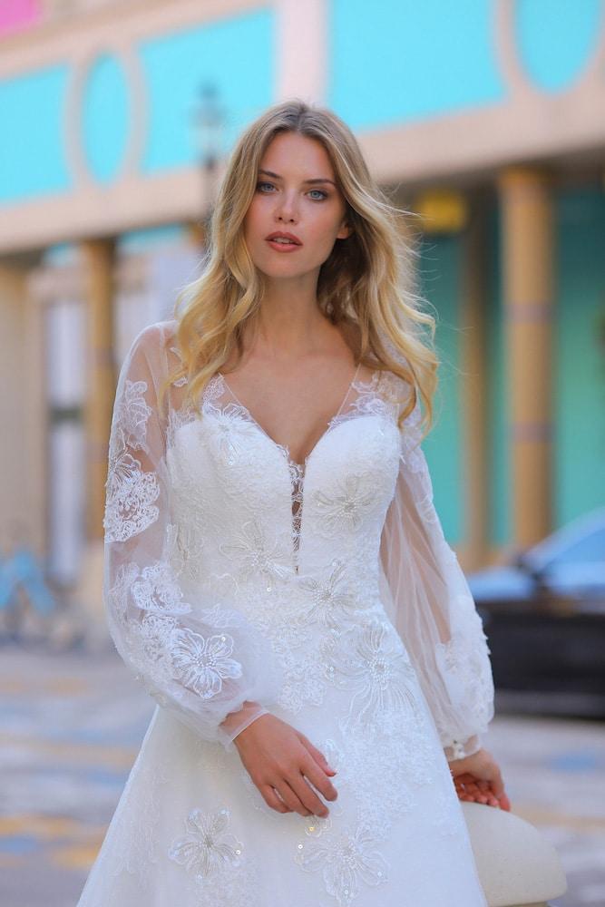 Brudekjole med V-udskæring og lange gennemsigtige ærmer