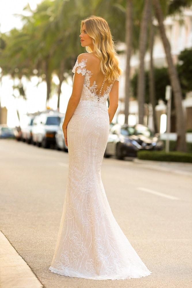 Brudekjole etui facon med små blonde ærmer