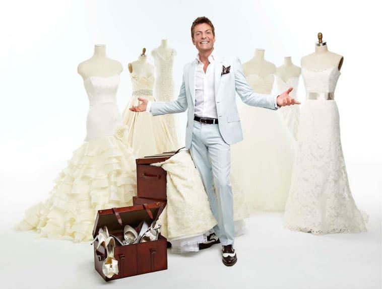 randy fenoli med brudekjoler og en kuffert med sko