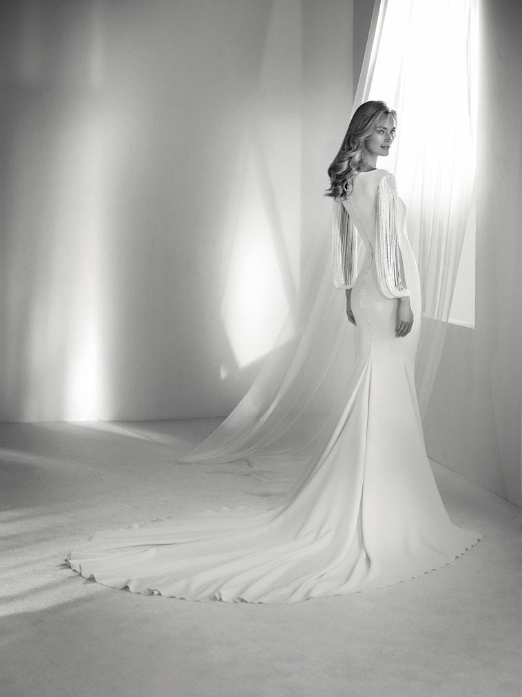brudekjole med frynse ærmer