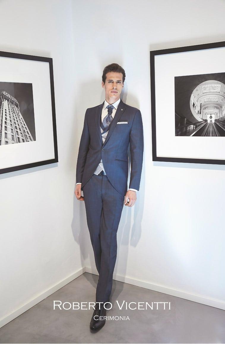 Mørkeblåt jakkesæt, grå vest og matchende pochette, plastron i blå nuance
