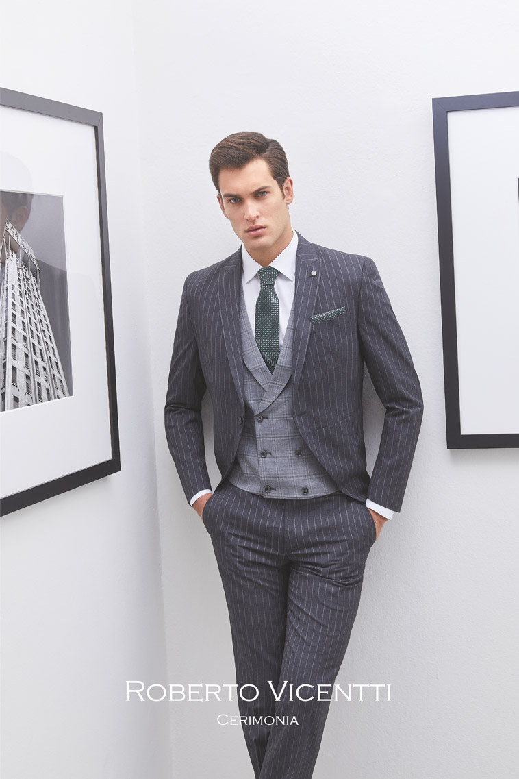 Gråt stribet jakkesæt. Lysegrå vest og mørkegråt slips med matchende pochette