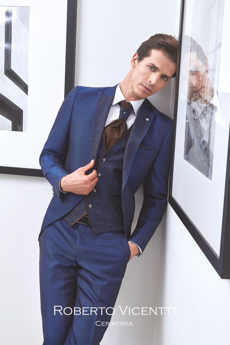 Midnatsblåt jakkesæt med sjalsmønstret revers, matchende vest og pochette, brun plastron