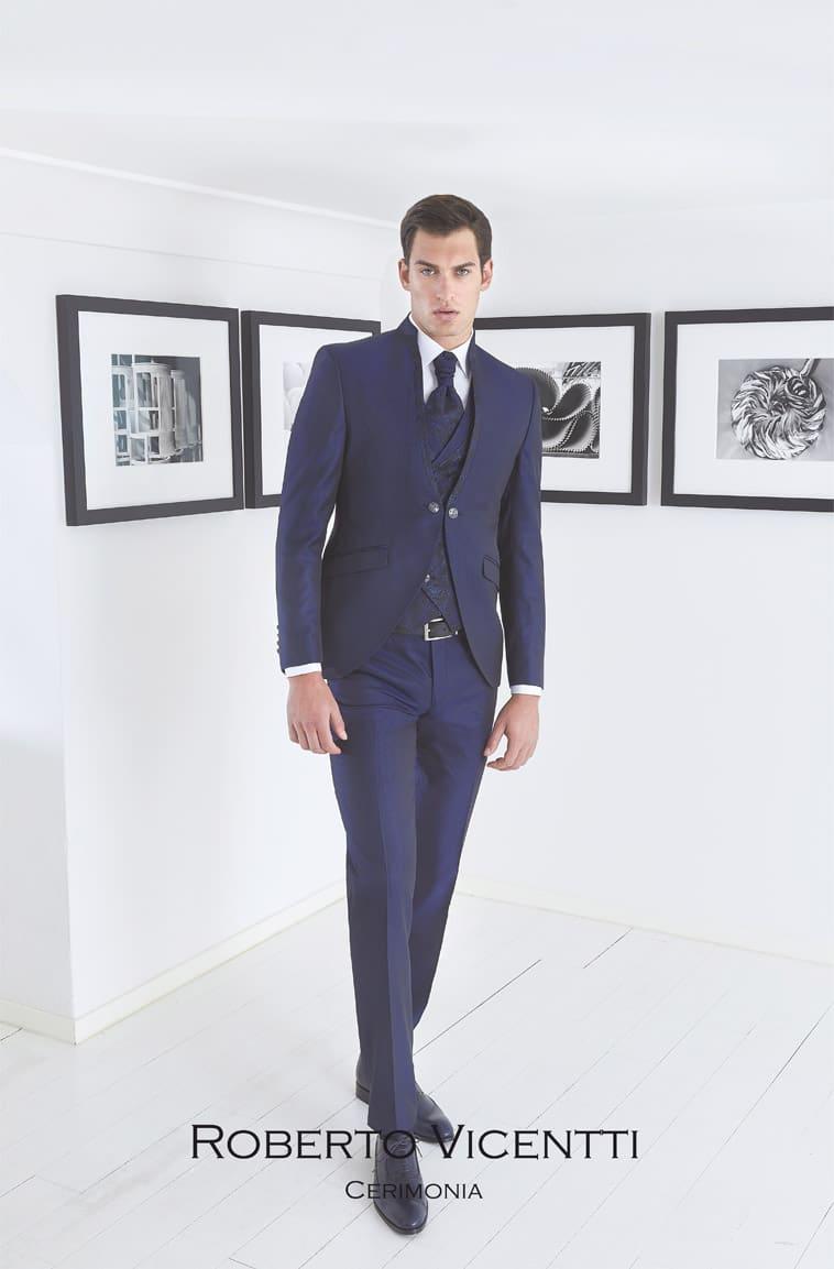 Midnatsblåt jakkesæt. Smalt mønster på revers som går igen på vest og plastron
