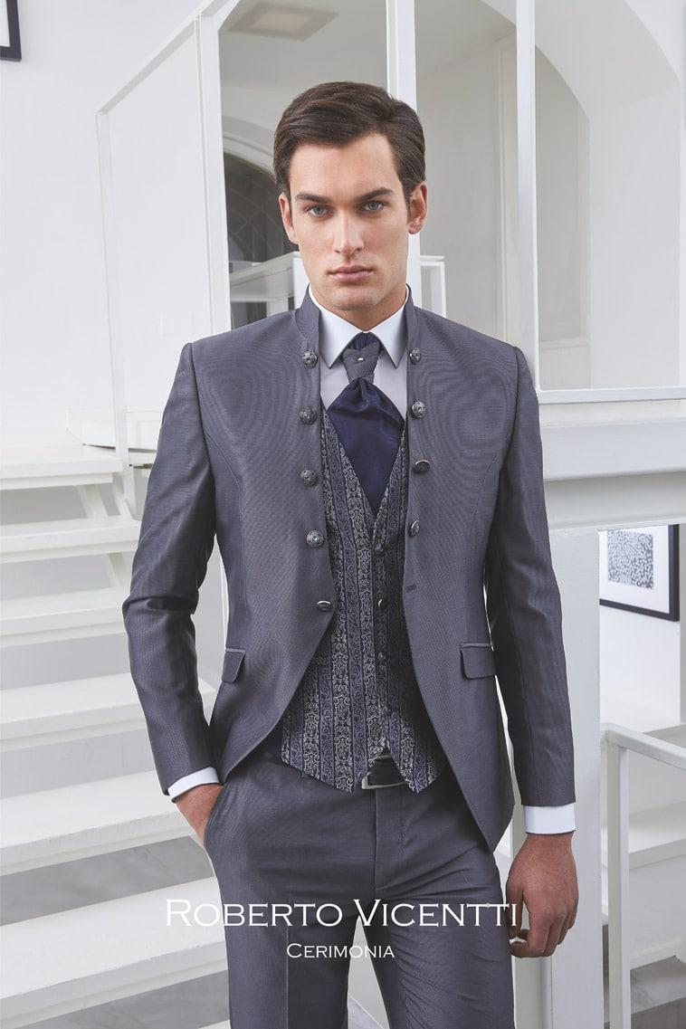 Gråt jakkesæt med kina krave, gråmønstret vest og mærkeblå plastron