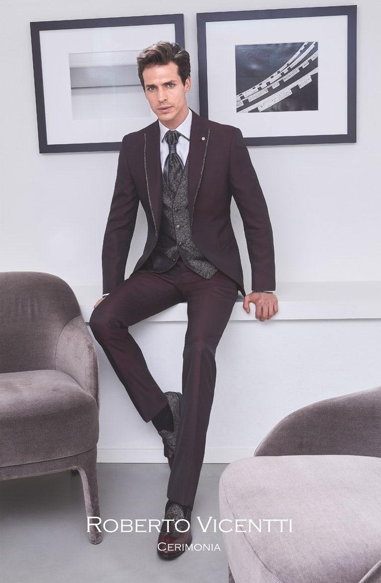 Bordeaux farvet jakkesæt med gråmønstret vest og matchende plastron