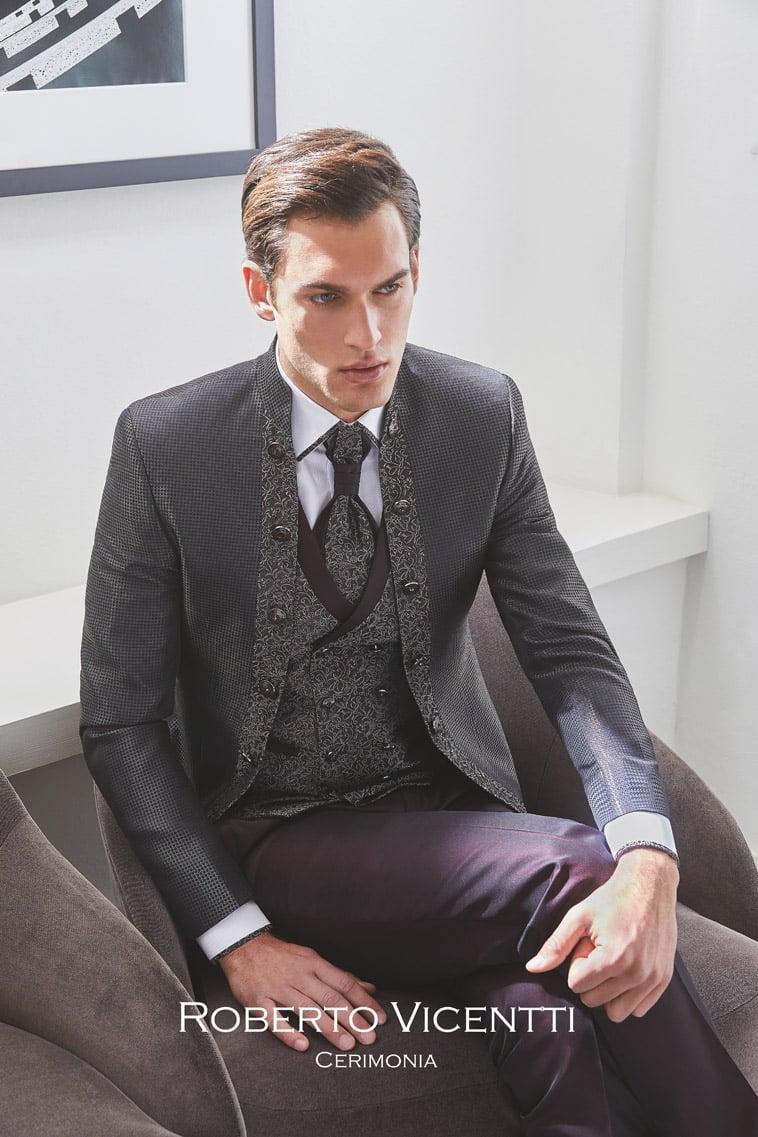 Grå jakke med kina krave og matchende vest og plastron, bordeaux farvede bukser