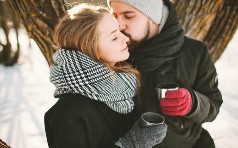 romantisk-par-i-sneen