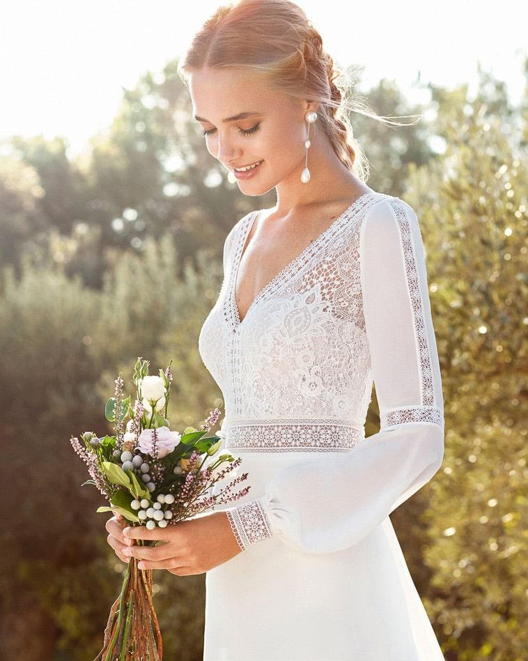 brudekjole med v hals og blonder og lange ærmer