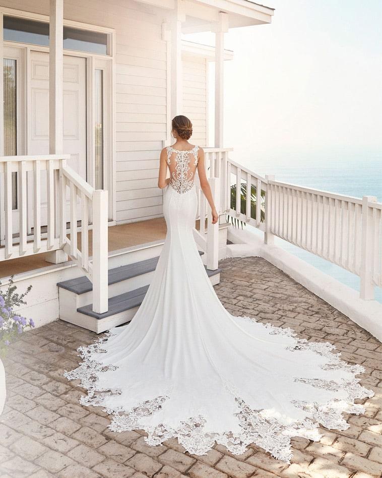 havfrue brudekjole med ryg pyntet med tatto effekter