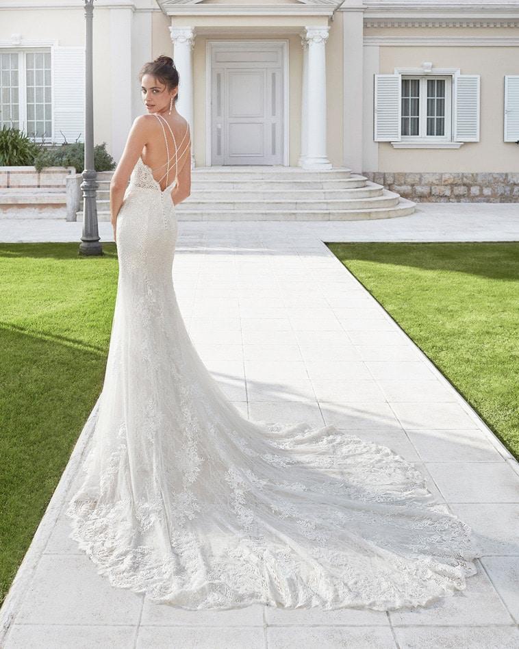 brudekjole med dobbelte stropper der krydser bagpå